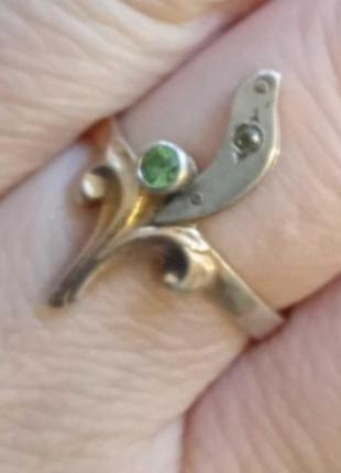 Кольцо из серебра 925 пробы 90-е гг. с позолотой и натуральным зеленым гранатом