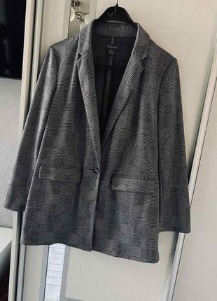 Серый пиджак в клетку на одну пуговку