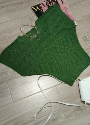 Красивая жилетка в оттенке зелени
