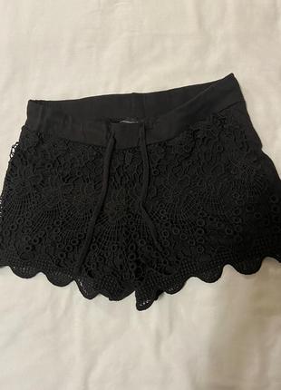Черные шорты с кружевом