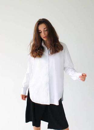 Базовая белая рубашка с небольшими разрезами