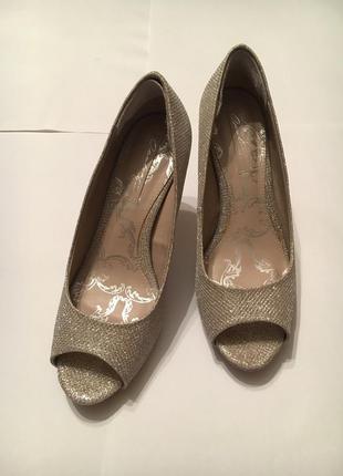 Вечерние туфли на среднем каблуке