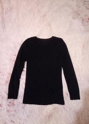 Черная футболка с длинными рукавами