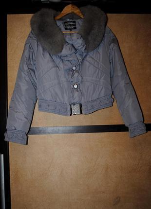 Демисезонная утеплённая синтепон короткая куртка удлиненная с капюшоном мех песец сьемный