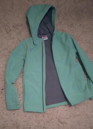 Классная непродуваемая куртка на флисе