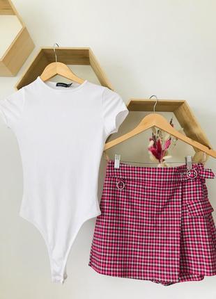 Костюм боди белый юбка шорты в клетку bershka