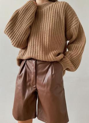 Объёмный бежевый свитер