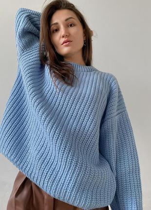 Объёмный голубой свитер