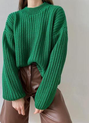 Объёмный зелёный свитер