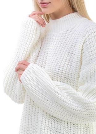 Объёмный белый свитер