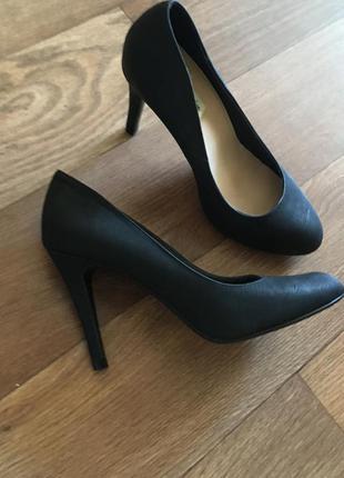 Шикарные новые чёрные туфли на низком среднем каблуке классика классические повседневные