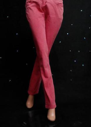 Яркие джинсы в кежуал стиле