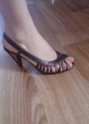 Стильные босоножки на каблуке 38 размер