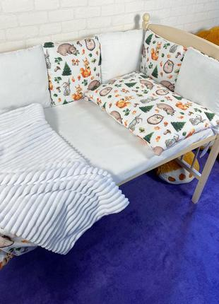 Комплект постельное бельё и бортики в кроватку.