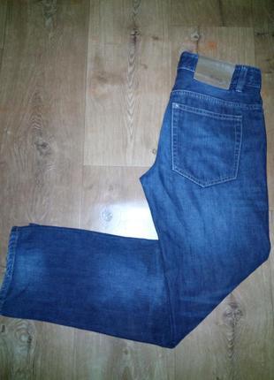 Темные джинсы бойфиенды.