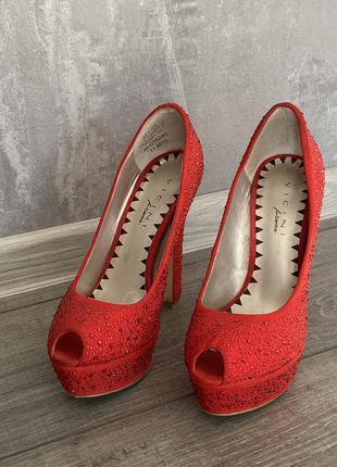 ▪️красные туфли со стразами