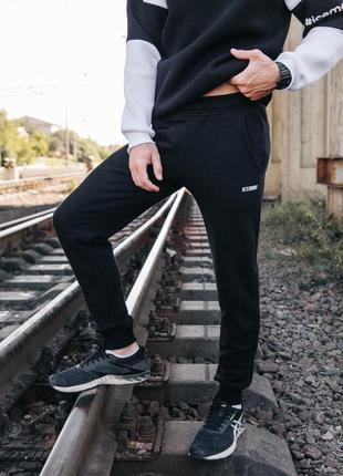 Мужские спортивные брюки на флисе. черного цвета.