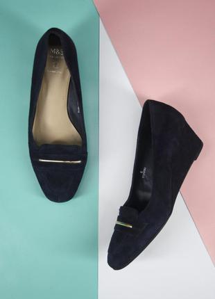 Брендовые замшевые туфли на танкетке marks&spencer. размер eur39.