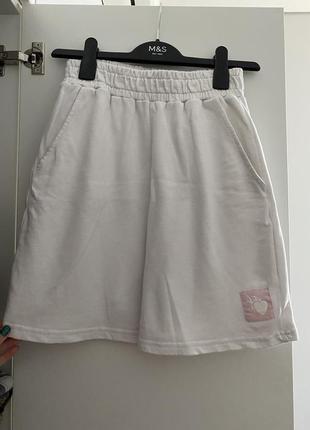 Белые спортивные шорты
