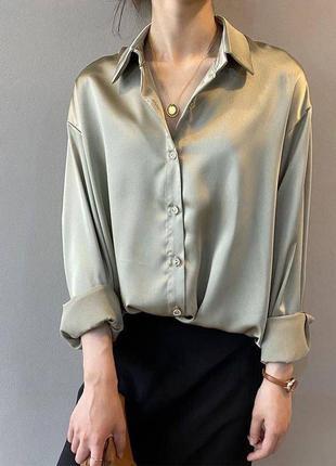 Атласная рубашка блузка прямого свободного кроя модная трендовая