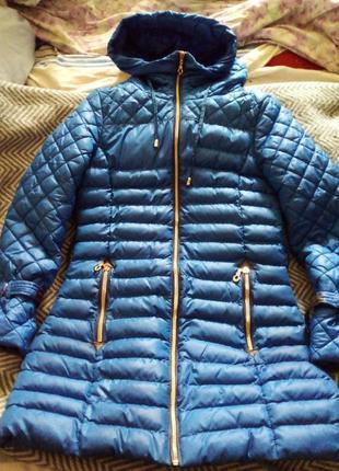 Ярко синее стеганное пальто