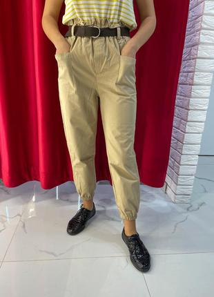 Бежевые брюки женские модель слакси