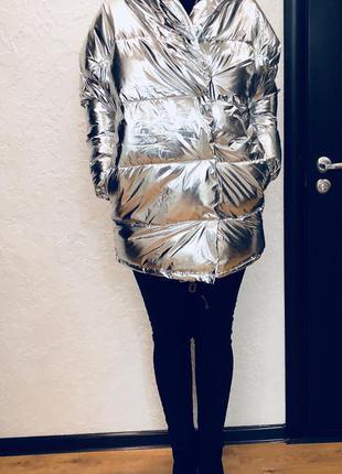 Зеркальная стильная двубортная куртка с огромным капюшоном