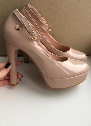 Бежеві лакові туфлі