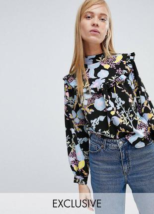 Плотная блуза с оборками и нежным цветочным принтом asos monki свободная блузка с рюшами