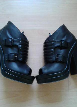 Суперстильные ботинки на толстом каблуке  topshop кожа