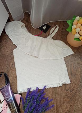 Блуза с рюшем на одно плечо