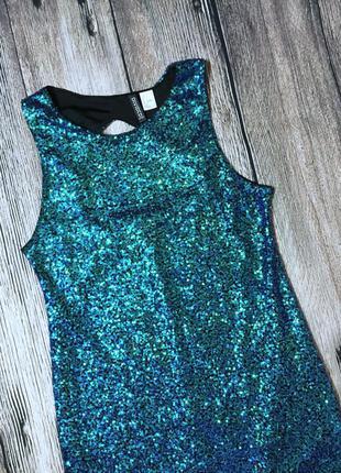 Платье в пайетках с открытой спиной