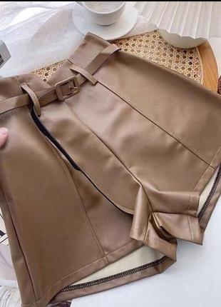 Кожаные короткие шорты с высокой посадкой