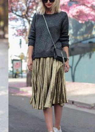 Стильная плиссированная юбка из плотного трикотажа бежевого цвета