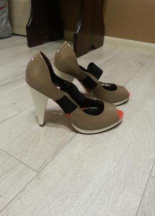 Красивые лаковые туфельки с открытым носочком