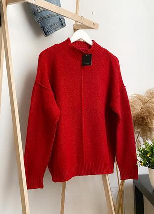 Красный оверсайз свитер под горло с декоративными швами atmosphere