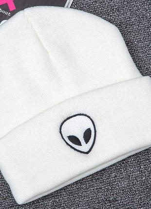 Модная белая шапка бини с инопланетянином молочная 2007