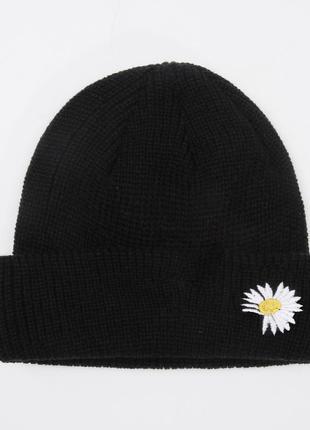 Модная черная шапка бини с ромашкой 2020