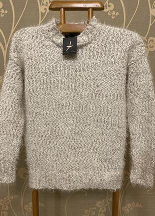 Очень красивый и стильный брендовый вязаный свитер.