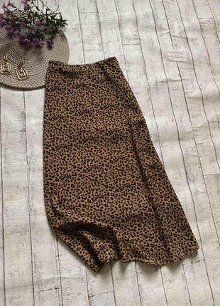 Трендовая леопардовая миди юбка