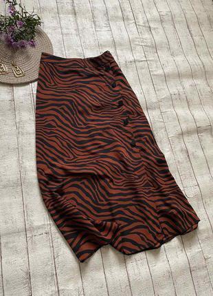 Актуальная кирпичная миди юбка в тигровый принт с разрезом