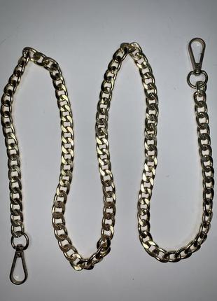 Ремень- цепочка для сумки на карабинах. фурнитура цвета золото.