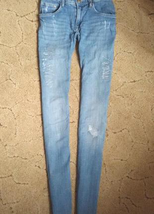 Голубые светлые джинсы с потертостями дырками узкачи h&m   skinny denim
