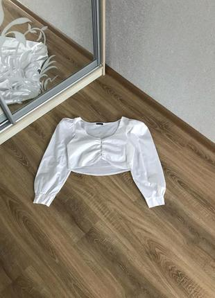 Белая укорочённая блузка с объёмными рукавами