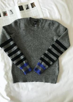 Шерстяной серый свитер с полосатыми рукавами