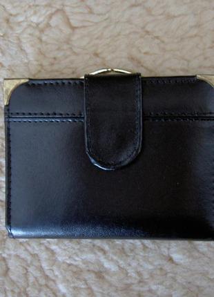 Компактный кожаный кошелек.