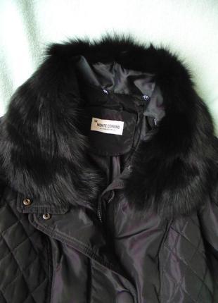 Стильне пальто- пуховик з коміром з хутра лисиці.