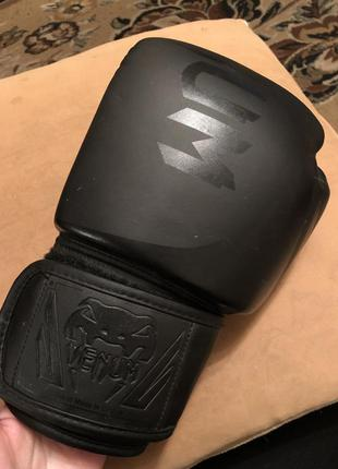 Боксерская перчатка venum