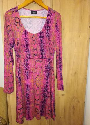 Классное платье со змеиным принтом