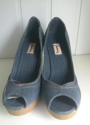 Туфли с открытым носом на танкетке stradivarius